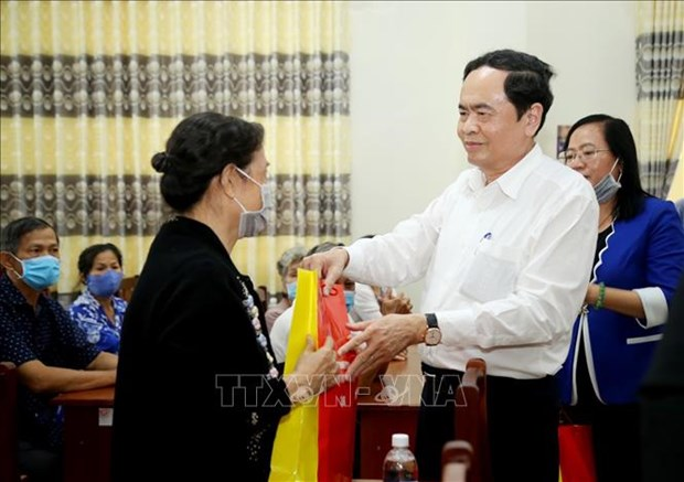 Tet gifts presented to policy beneficiaries nationwide hinh anh 1