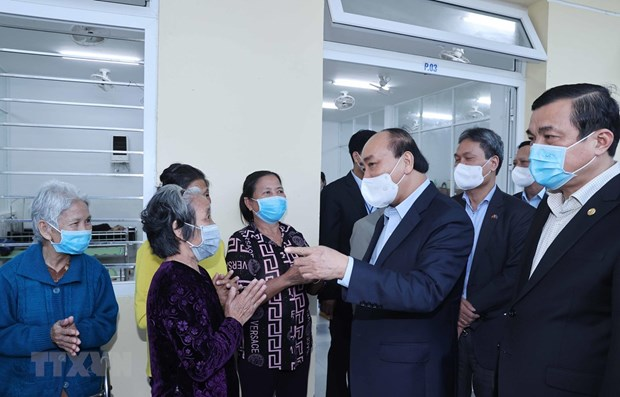 PM presents Tet gifts to social support centre in Quang Nam hinh anh 1