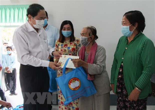 Fatherland Front leader sends Tet gifts to the disadvantaged in Hau Giang hinh anh 1