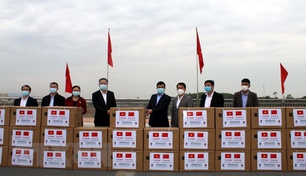 Chinese locality presents medical supplies to Quang Ninh hinh anh 1