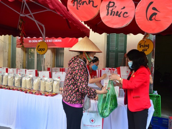 Over 3.5 billion VND channeled into charity market for Tet hinh anh 1