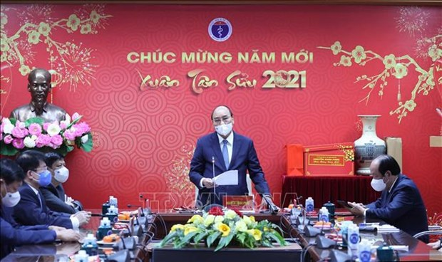 PM meets medical workers ahead of Tet festival hinh anh 2