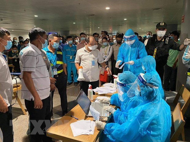 Two more workers at Tan Son Nhat Airport contract COVID-19 hinh anh 1