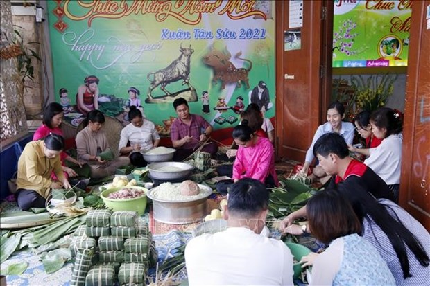 Vietnamese expats in Laos preserve traditional Lunar New Year hinh anh 1