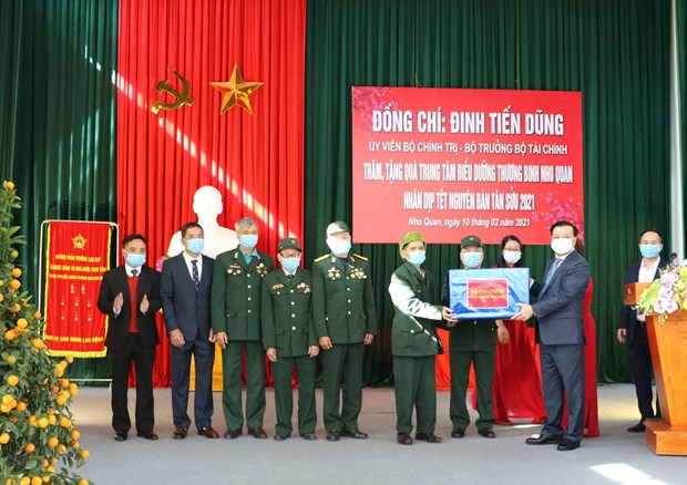Front leader pays pre-Tet visit to Military Zone 9 High Command hinh anh 2
