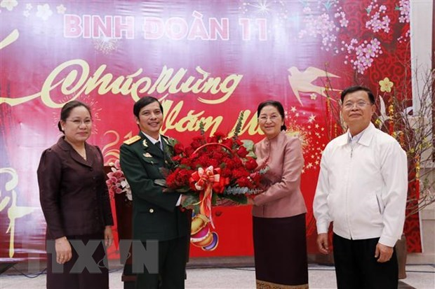 Lao top legislator pays Tet visit to Vietnam's officers, soldiers working at Laos' NA House hinh anh 1