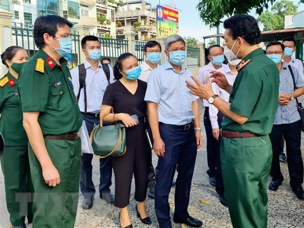 Deputy Health Minister inspects COVID-19 treatment in HCM City hinh anh 1