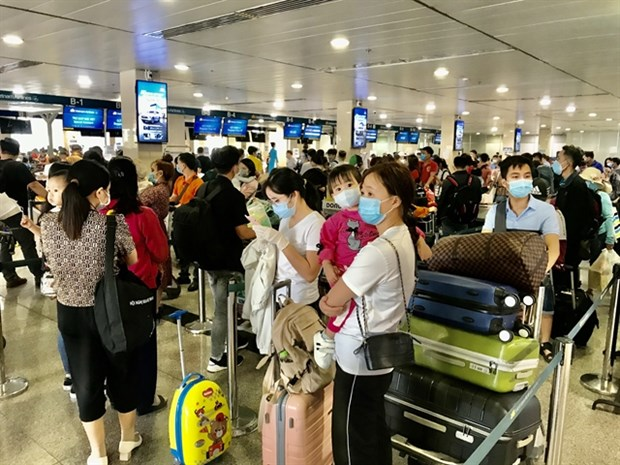 HCM City's airport gives COVID tests to passengers returning from north hinh anh 1