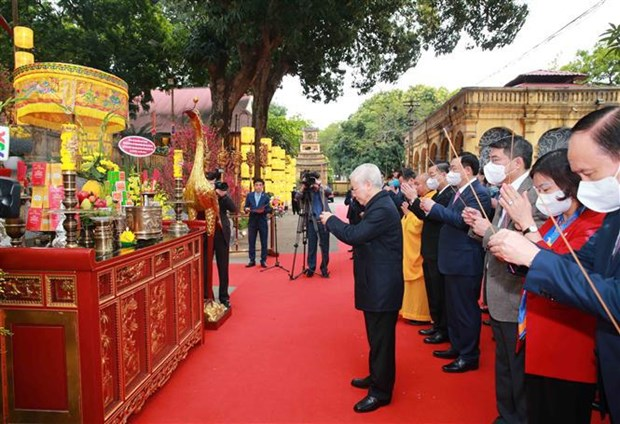 Top leader offers incense to late Kings, martyrs at imperial citadel hinh anh 1
