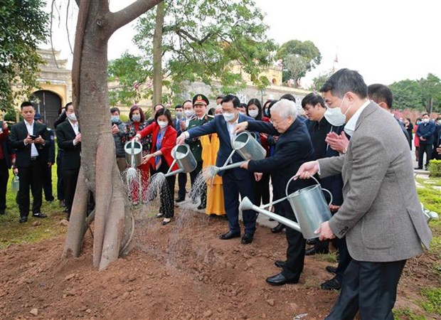 Top leader offers incense to late Kings, martyrs at imperial citadel hinh anh 2