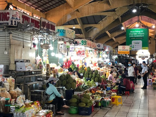 Struggling shopkeepers at HCM City traditional markets learn to sell online hinh anh 1