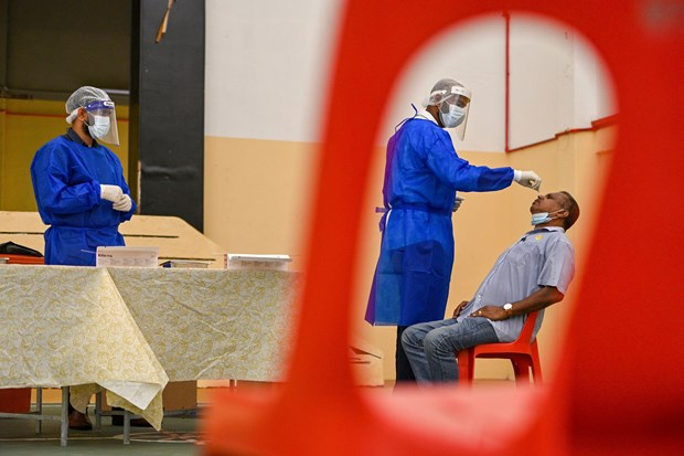 COVID-19: Malaysia speeds up vaccination plan, Cambodia moves to cope with latest outbreak hinh anh 1