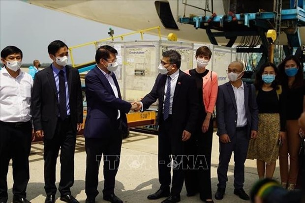 First batch of COVID-19 vaccines arrives in Vietnam hinh anh 2