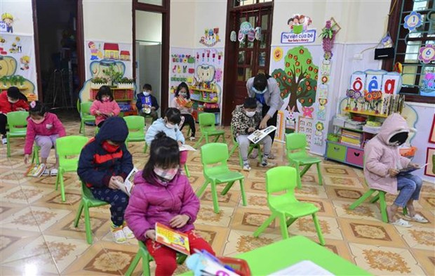 Students in 52 provinces, cities come back to school hinh anh 2