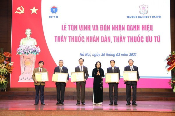"Vice President presents title of ""People's Doctor"" to five doctors hinh anh 1"