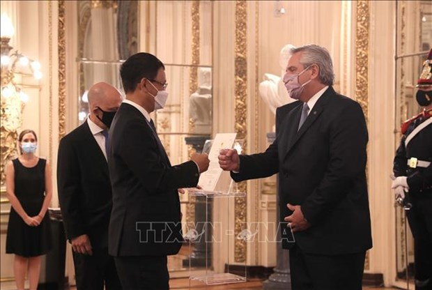 Vietnamese Ambassador presents credential letter to Argentine President hinh anh 1