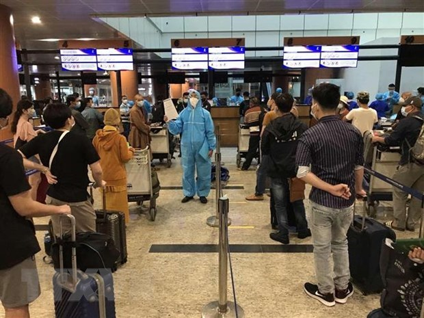 More than 390 Vietnamese citizens flown home from Myanmar hinh anh 1