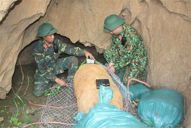 Son La's sappers safely dispose 500-kg bomb left from war hinh anh 1