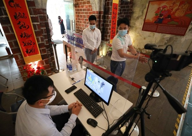 Hanoi to test 4,000 people at risk of contracting COVID-19 hinh anh 1