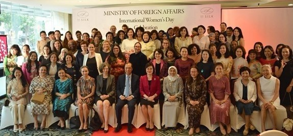 Foreign ministry hosts gathering for female diplomats hinh anh 1