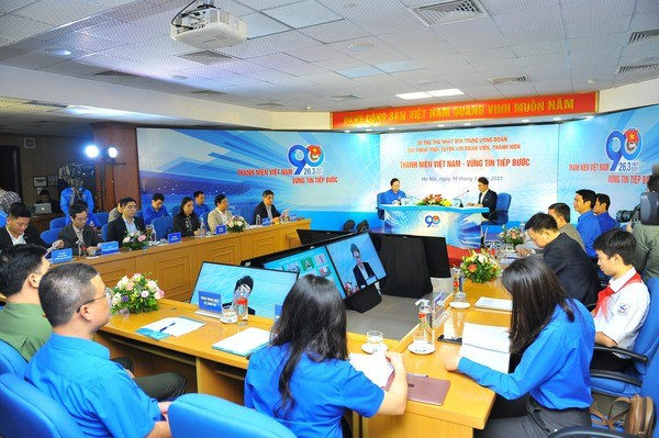 Communist Youth Union's leader holds dialogue with youngsters, children hinh anh 1