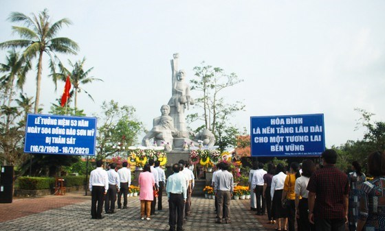 Quang Ngai commemorates victims of Son My massacre hinh anh 1