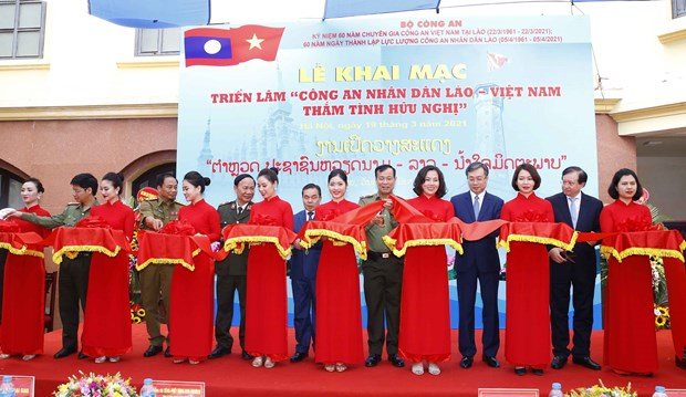Exhibition spotlights friendship of Vietnamese, Lao public security forces hinh anh 1