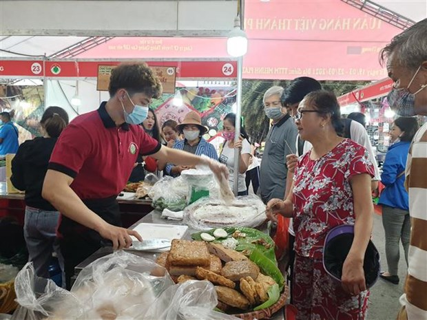 Vietnamese goods week in Hanoi features over 100 stalls hinh anh 1