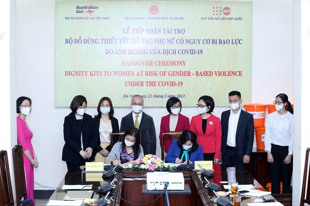 2,750 dignity kits presented to women affected by COVID-19 hinh anh 1