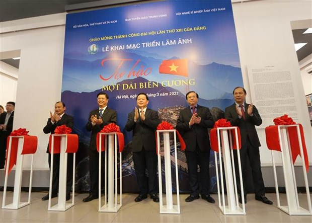Photo exhibition on Vietnam's border areas opens in Hanoi hinh anh 1