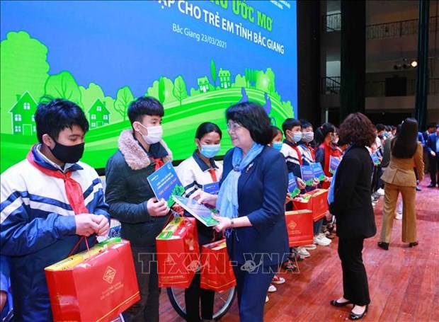 Vice President presents gifts to poor students in Bac Giang province hinh anh 1