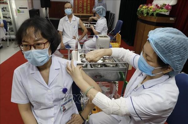 PM urges safe, prompt COVID-19 vaccination hinh anh 1