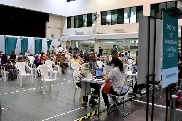 Singapore expands COVID-19 vaccination to residents aged 45-59 hinh anh 1