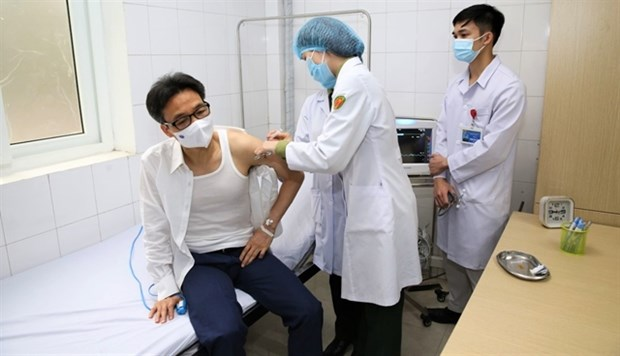 Deputy PM gets trial jab of homegrown COVID-19 vaccine hinh anh 1