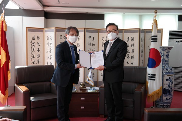 Appointment decision presented to Honorary Consul General in RoK hinh anh 1