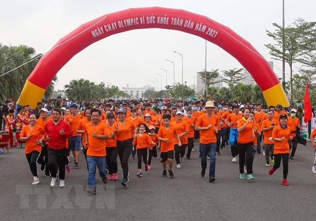 Over 1,500 people take part in running day in Da Nang hinh anh 1
