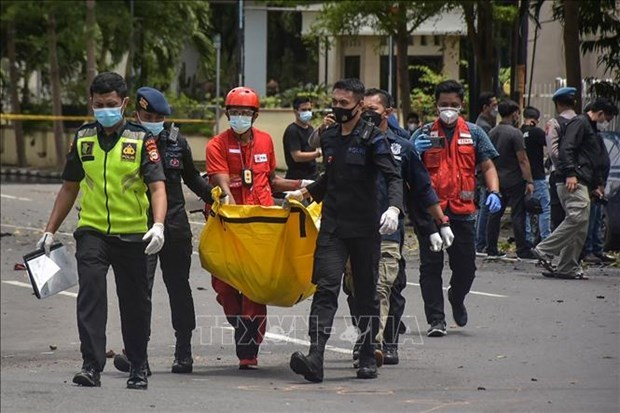 Indonesian police probe suspected church suicide bombing hinh anh 1