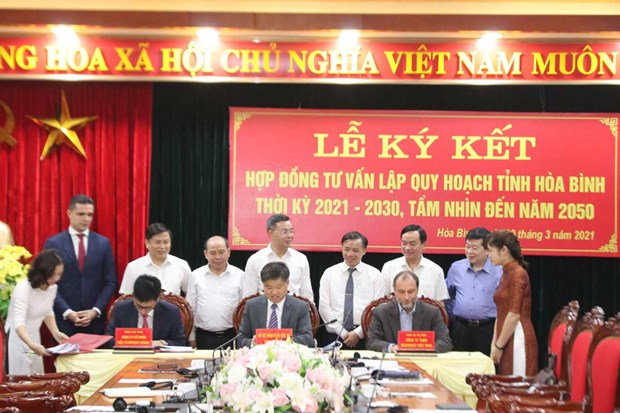Consulting contract on Hoa Binh planning signed hinh anh 1