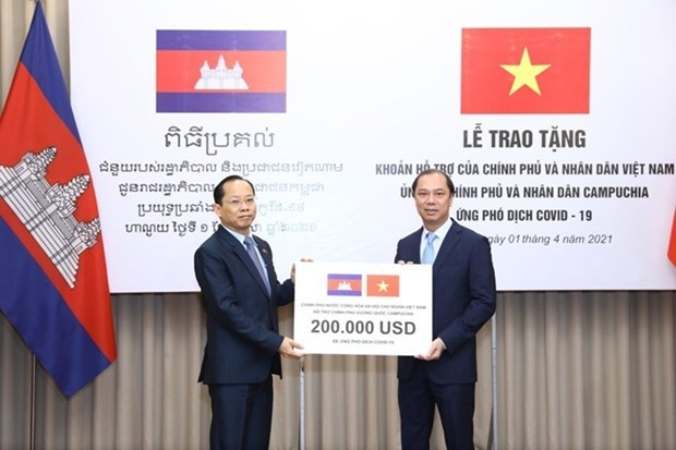 Vietnam hands over 200,000 USD to help Cambodia fight COVID-19 hinh anh 1