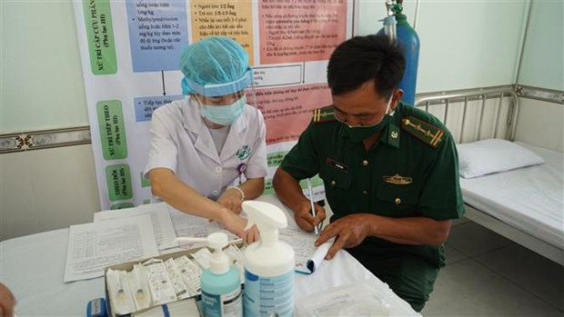 Nearly 900 border soldiers, medical workers in Tay Ninh get COVID-19 vaccine shots hinh anh 1