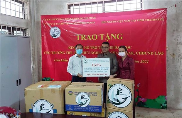 HCM City presents gifts to primary school in Champasak hinh anh 1