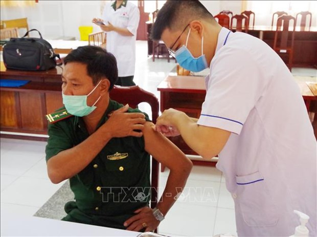 Dong Thap's border guards get COVID-19 vaccine injections hinh anh 1