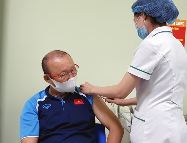 Members of national men's football team receive COVID-19 vaccinations hinh anh 1