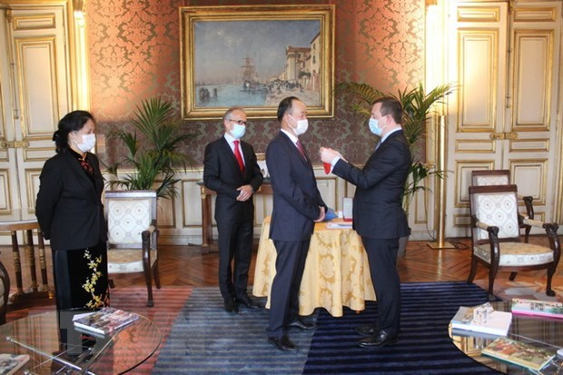 Vietnamese Ambassador in Paris receives French honour hinh anh 1