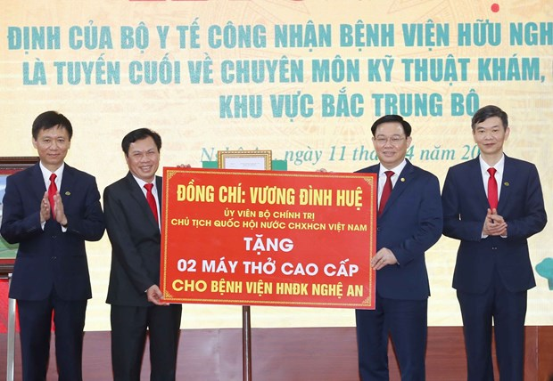 NA Chairman pays working trip to central Nghe An province hinh anh 2