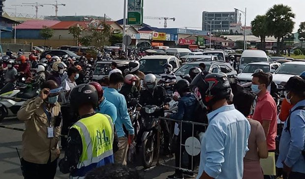 Hundreds of vehicles attempt to enter Cambodia's Phnom Penh despite lockdown hinh anh 1
