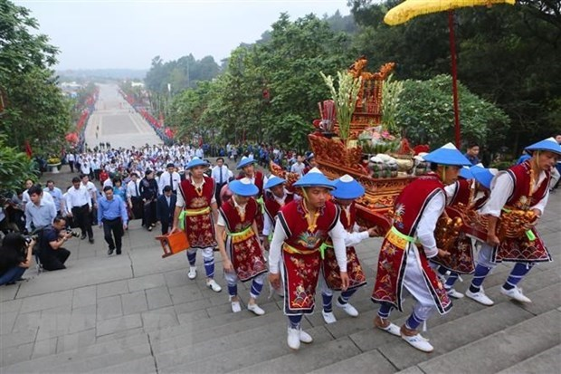 Over 30,000 people flock to Hung Kings Temple hinh anh 1