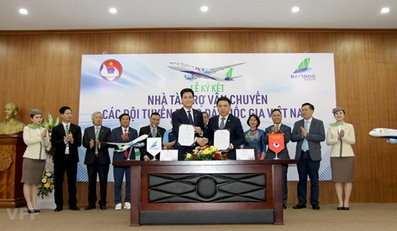 Bamboo Airways sponsors national football, futsal teams hinh anh 1