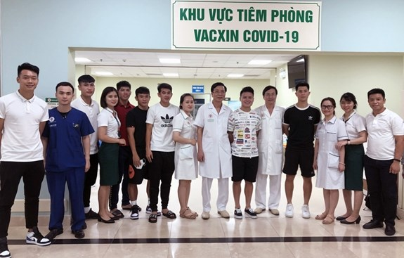 Vaccination of national men's football team completed hinh anh 2