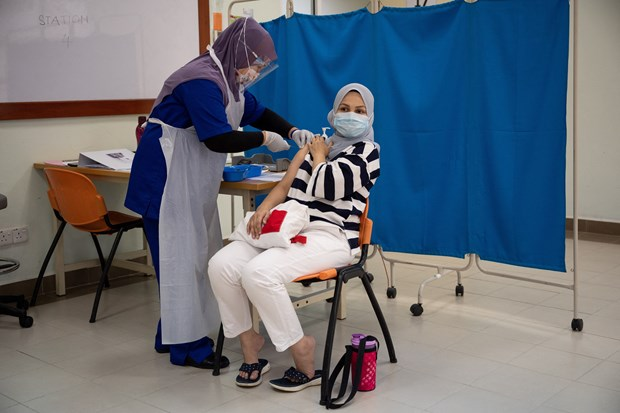 Malaysia uses oil-derived fund to purchase COVID-19 vaccines hinh anh 1